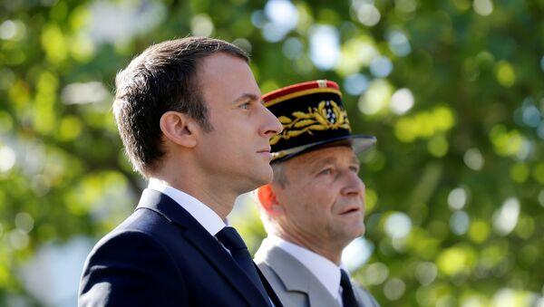 El presidente de Francia, Emmanuel Macron, y el jefe del Estado Mayor del país, general Pierre de Villiers - Sputnik Mundo