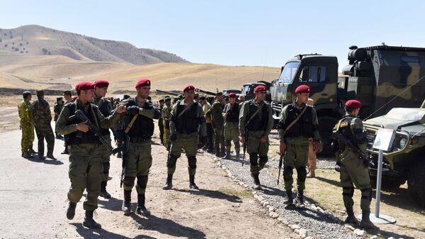 Los militares tayikos en la base militar rusa en Tayikistán (archivo) - Sputnik Mundo