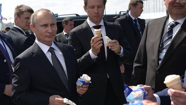 Vladímir Putin, presidente de Rusia, se toma un helado, durante su visita al Salón Aeroespacial Internacional MAKS 2017 - Sputnik Mundo