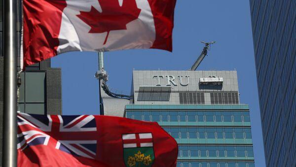 El desmonte de las letras TRUMP de la fachada del antiguo Trump International Hotel and Tower en la ciudad canadiense de Toronto - Sputnik Mundo