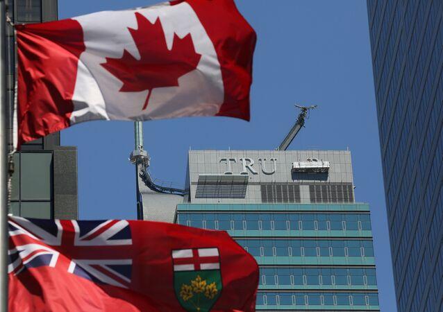 El desmonte de las letras TRUMP de la fachada del antiguo Trump International Hotel and Tower en la ciudad canadiense de Toronto