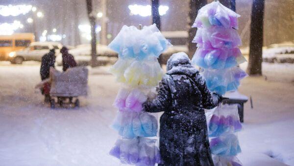 La vendedora de algodón de azúcar en Biskek - Sputnik Mundo