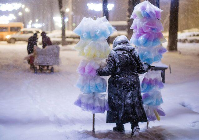 La vendedora de algodón de azúcar en Biskek