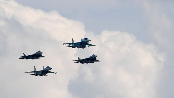Los aviones T-50, Su-34 y Su-27 durante los vuelos de demostración de la 3ra jornada del Salón Aeroespacial MAKS 2017 - Sputnik Mundo