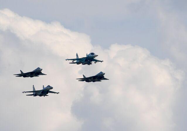 Los aviones T-50, Su-34 y Su-27 durante los vuelos de demostración de la 3ra jornada del Salón Aeroespacial MAKS 2017