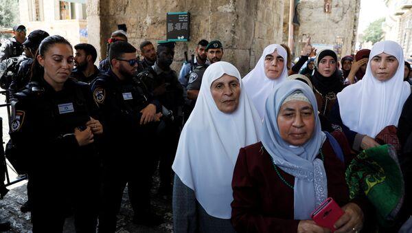 Mujeres palestinas en la entrada de la mezquita de Al Aqsa - Sputnik Mundo