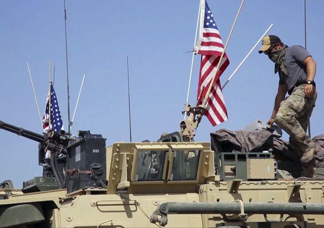 Soldado estadounidense sobre un vehículo blindado en la aldea de Darbasiyah, norte de Siria.