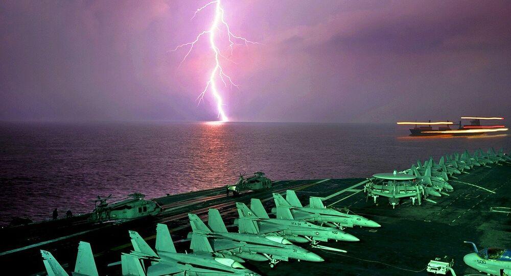 Vista de un relámpago desde un portaviones
