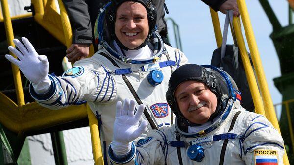 Jack Fischer, astronauta de la NASA, y Fiodor Yurchijin, cosmonauta de Roscosmos, antes de partir en la misión Soyuz-FG, Baikonur, 20 de abril de 2017 - Sputnik Mundo