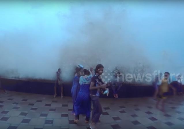 Una gigantesca ola da un susto de muerte a los transeúntes en Bombay