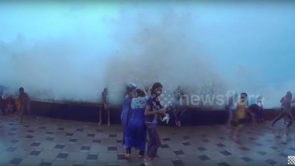 Una gigantesca ola da un susto de muerte a los transeúntes en Bombay - Sputnik Mundo