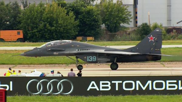 ¿Por quién apostarías? Un bólido de Fórmula 1 se enfrenta a un caza MiG - Sputnik Mundo