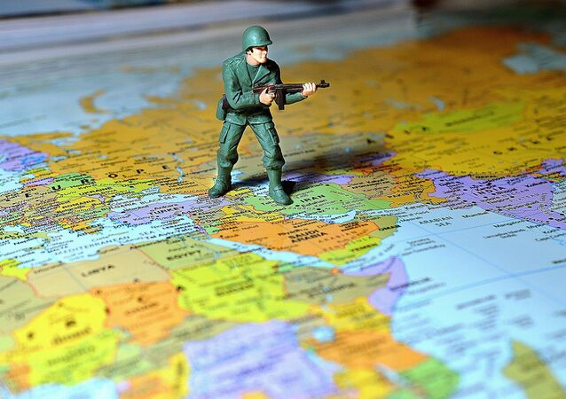 Un soldado sobre el mapa de Oriente Próximo