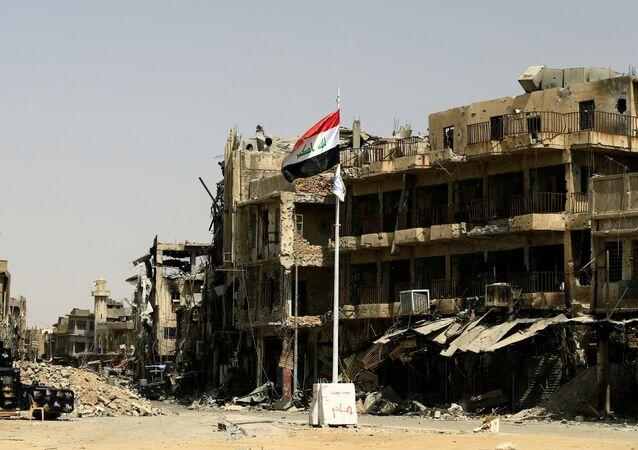 La bandera de Irak en la Ciudad Vieja de Mosul