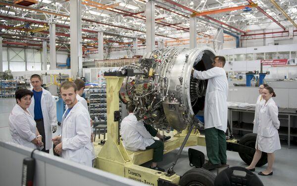 Los especialistas ensamblan un motor SaM-146 en la planta Saturn - Sputnik Mundo