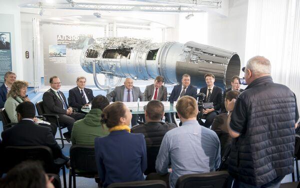 Una rueda de prensa en la planta Saturn - Sputnik Mundo