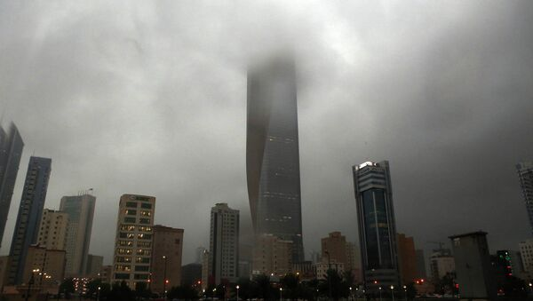 Clouds cover buildings in Kuwait City during a heavy rainfall - Sputnik Mundo
