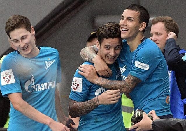 De izquierda a derecha: los jugadores del Zenit de San Petersburgo Daler Kuzyaev, Sebastian Driussi y Leandro Paredes festejan un gol contra el Rubin de Kazán por la Liga Premier de Rusia.