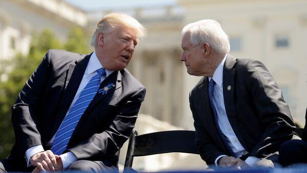 Presidente de EEUU, Donald Trump, y fiscal general de EEUU, Jeff Sessions - Sputnik Mundo