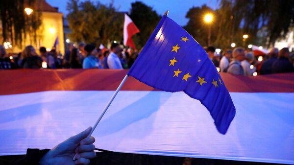 Las banderas de la UE y Polonia - Sputnik Mundo