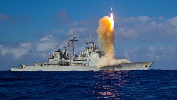 Un interceptor de misiles SM-3 Block se lanza de un crucero (imagen referencial) - Sputnik Mundo
