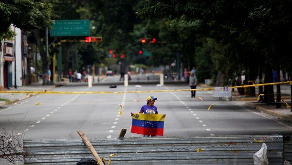 Una mujer con la bandera de Venezuela - Sputnik Mundo