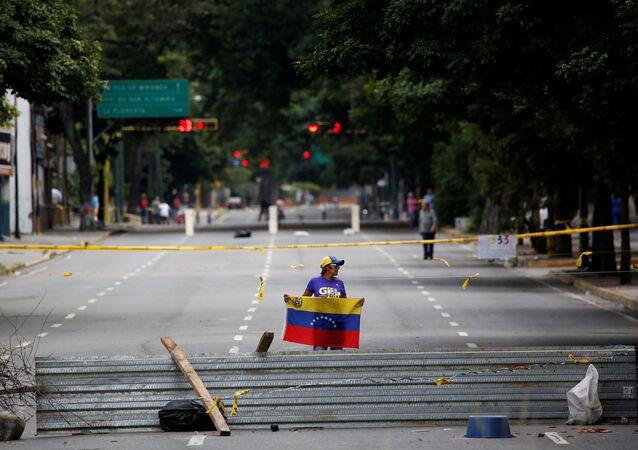 Una mujer con la bandera de Venezuela