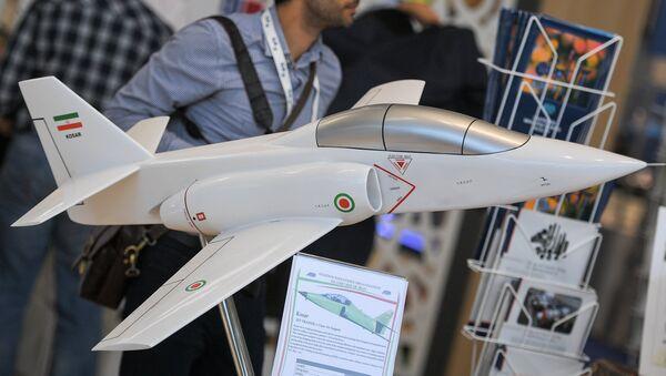 La maqueta del avión de entrenamiento y de combate iraní Kowsar - Sputnik Mundo