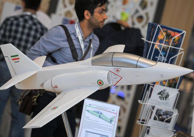 La maqueta del avión de entrenamiento y de combate iraní Kowsar