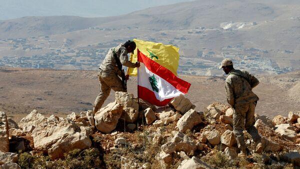 Los militares instalan las banderas de Hizbulá y Líbano en la frontera sirio-libanesa - Sputnik Mundo