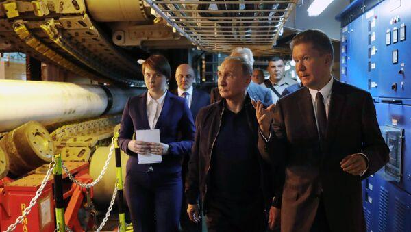 El presidente ruso Vladímir Putin, acompañado por el presidente ejecutivo de Gazprom, Alexéi Miller, visita el buque de propulsión Pioneering Spirit en el Mar Negro, lanzando la fase de aguas profundas del proyecto de gasoducto TurkStream - Sputnik Mundo