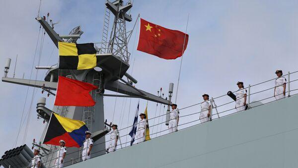 Soldados del Ejército Popular de Liberación de China en un barco navegando desde un puerto militar en Zhanjiang hacia Yibuti - Sputnik Mundo