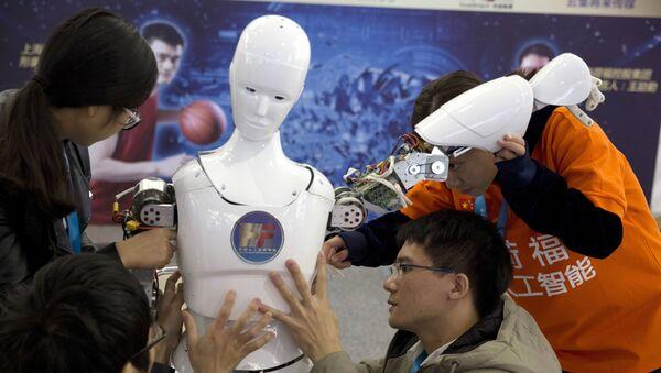 Estudiantes chinos y robot Ares, diseñado por ellos - Sputnik Mundo
