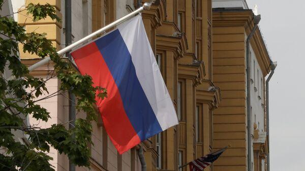 La bandera de Rusia flamea frente a la embajada de EEUU en Moscú - Sputnik Mundo