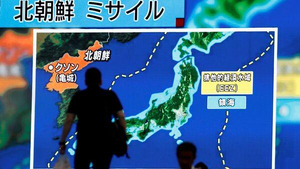 Un hombre en Tokio mira las noticias sobre el nuevo ensayo de misil en Corea del Norte - Sputnik Mundo