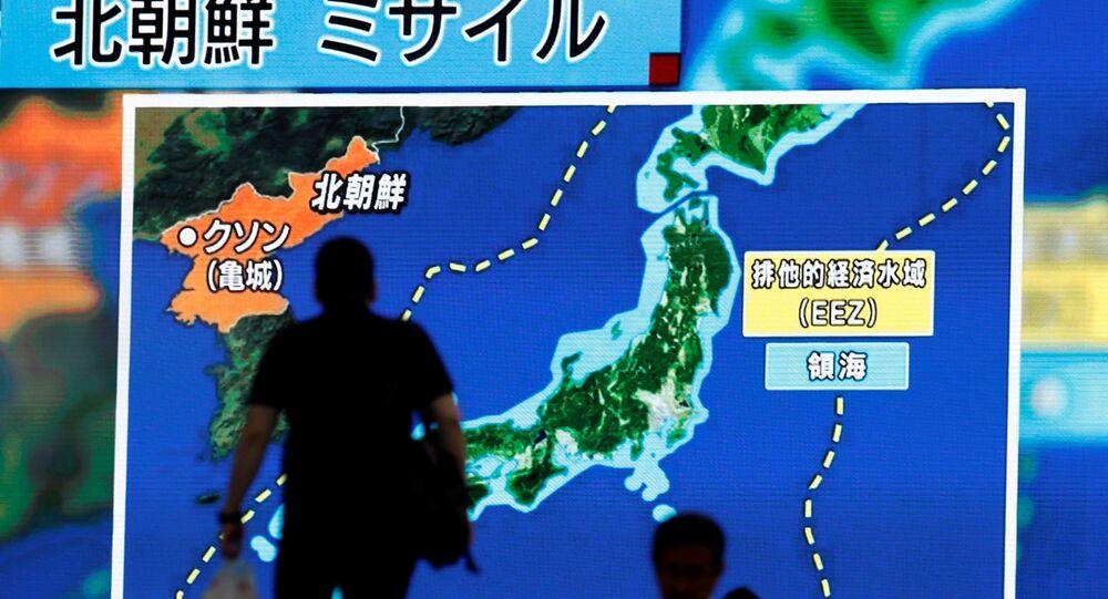 Un hombre en Tokio mira las noticias sobre el nuevo ensayo de misil en Corea del Norte