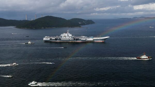 El portaviones chino Liaoning durante su visita a Hong Kong - Sputnik Mundo