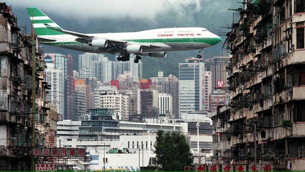 Самолет во время посадки в гонконгском аэропорту «Кай Так» - Sputnik Mundo