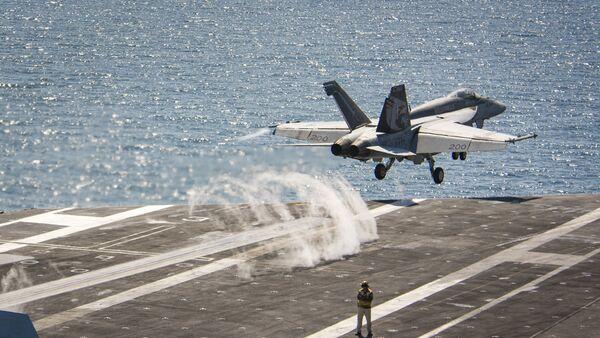 Un caza F/A-18E Super Hornet se lanza desde el portaviones USS Carl Vinson (archivo) - Sputnik Mundo