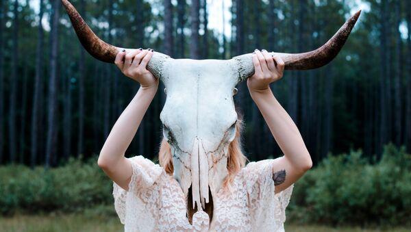 Una chica mantiene un cráneo de un animal - Sputnik Mundo