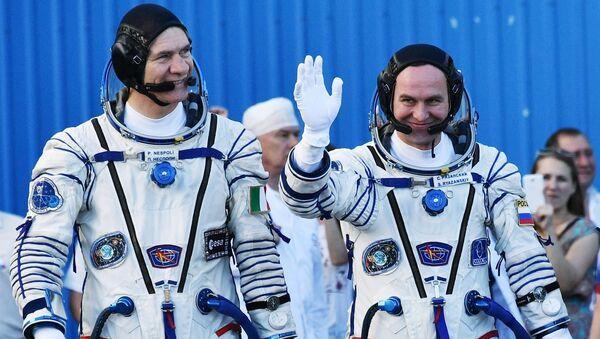 Los cosmonautas Paolo Nespoli (ЕSА) y Serguéi Riazanski (Roscosmos) antes de partir a la Estación Espacial Internacional (EEI). Baikonur, 28 de julio de 2017. - Sputnik Mundo