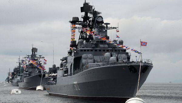 El buque Almirante Vinogradov participa en un desfile solemne en Vladivostok, en el Lejano Oriente ruso - Sputnik Mundo