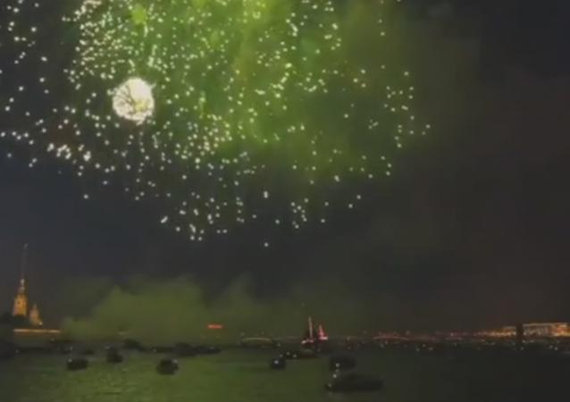 Fuegos artificiales adornan el cielo de San Petersburgo