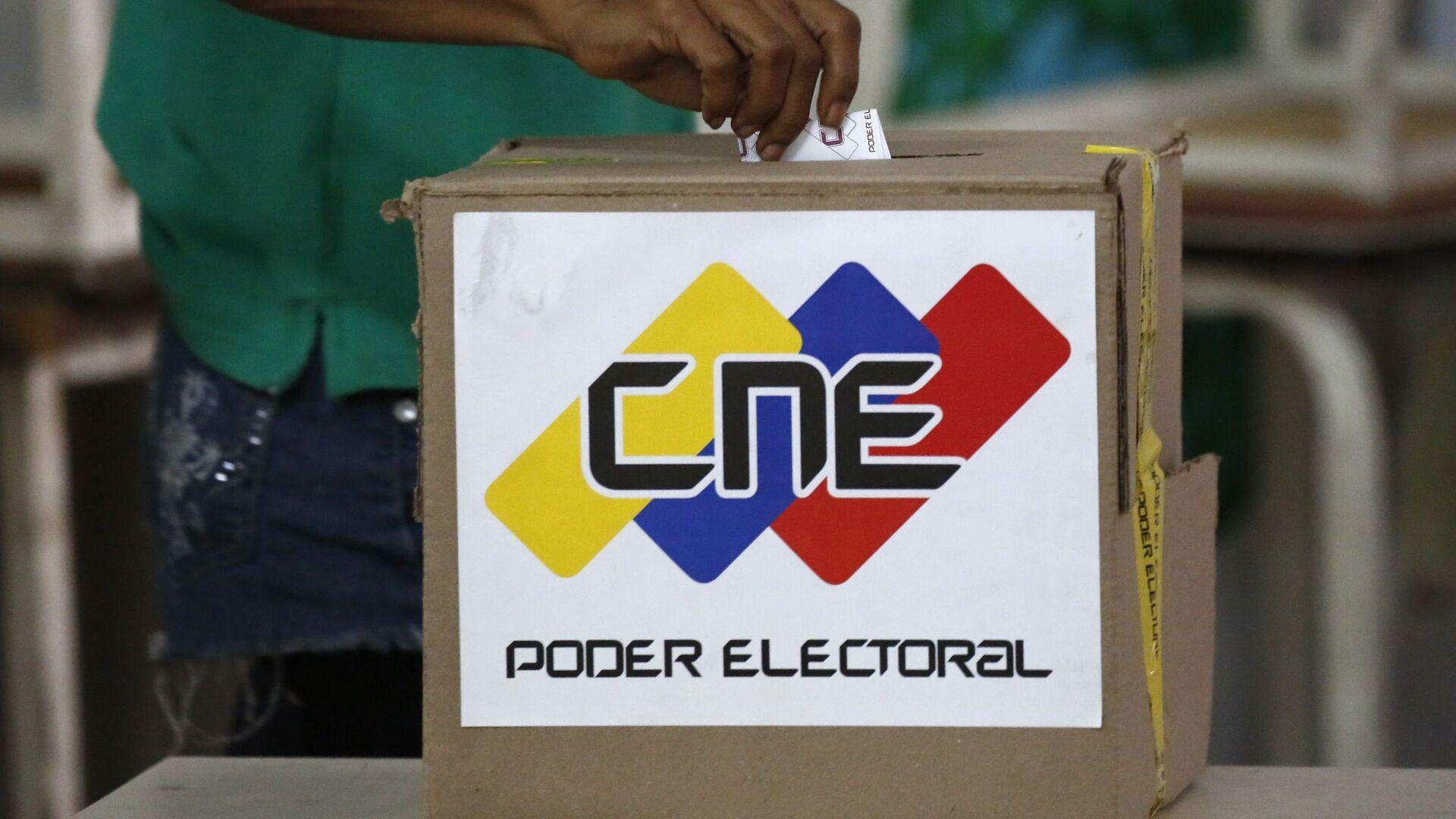 A voter casts a ballot during the Constituent Assembly election in Caracas, Venezuela - Sputnik Mundo, 1920, 14.06.2021