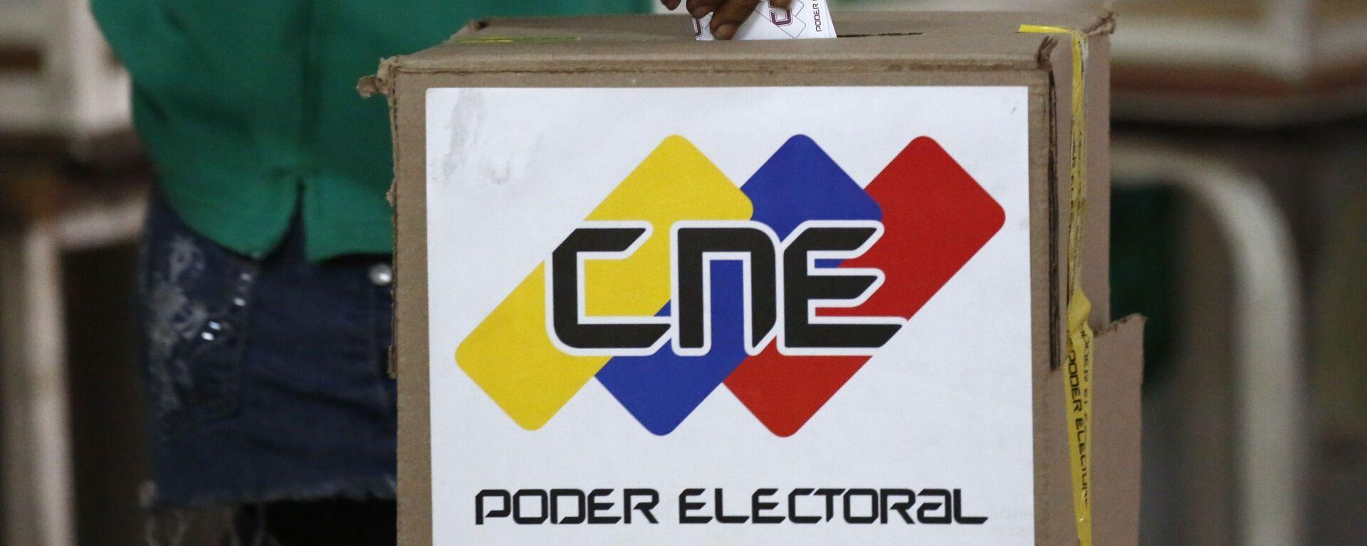 A voter casts a ballot during the Constituent Assembly election in Caracas, Venezuela - Sputnik Mundo, 1920, 24.05.2021