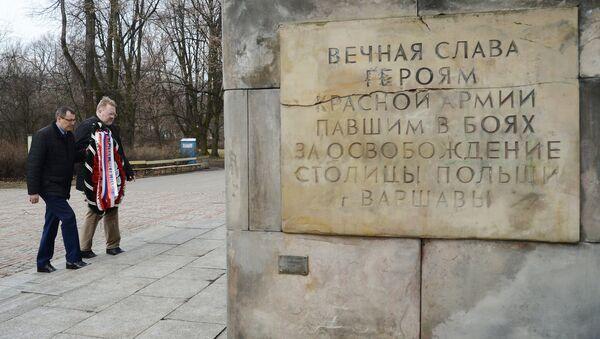 Dejando flores en las tumbas de los soldados soviéticos en Polonia - Sputnik Mundo
