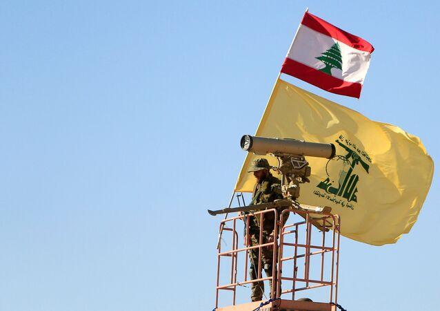 Un miembro del Hizbulá en la frontera siria-libanesa