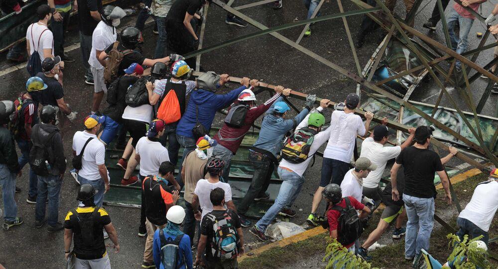 La oposición venezolana bloquea las vías en Caracas
