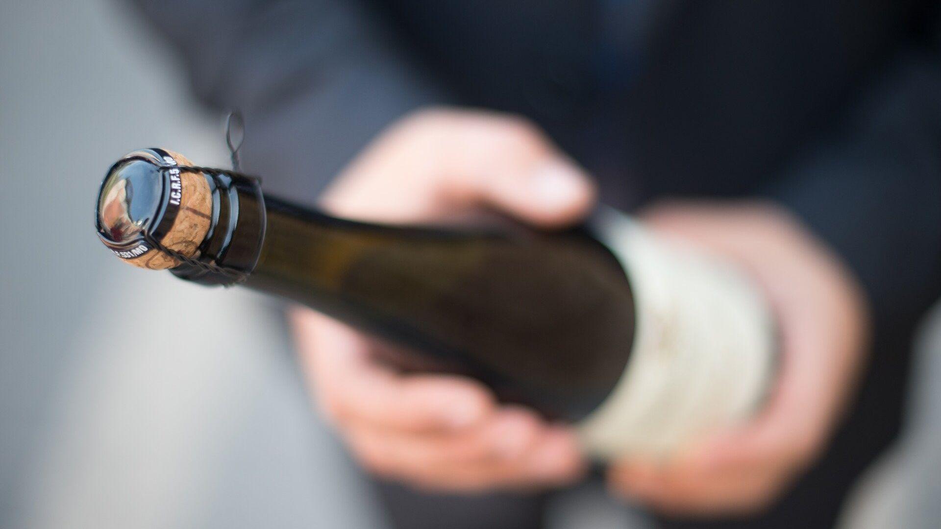 Una botella de champán (imagen referencial) - Sputnik Mundo, 1920, 01.08.2021