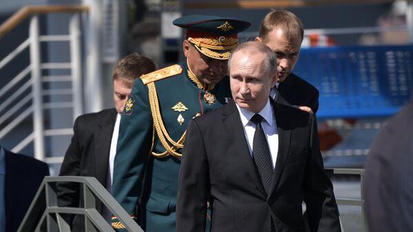 Президент РФ В. Путин принимает участие в торжествах по случаю Дня ВМФ РФ - Sputnik Mundo